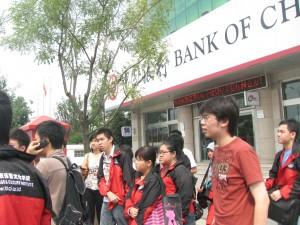 Mahasiswa baru di bantu buka rekening bank  oleh BLCI dan seniornya
